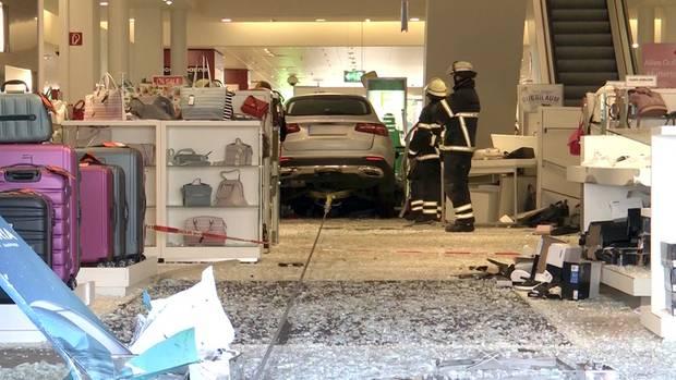 Auto rast in Einkaufszentrum in Hamburg