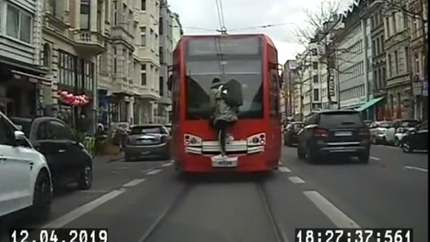 Straßenbahnsurfer