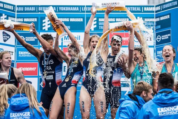 Das Quartett aus Frankreich bejubelt in Hamburg den WM-Titel im Triathlon Mixed Relay