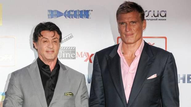 Vor der Kamera ärgste Feinde, dahinter beste Kumpel: Sylvester Stallone (l.) und Dolph Lundgren