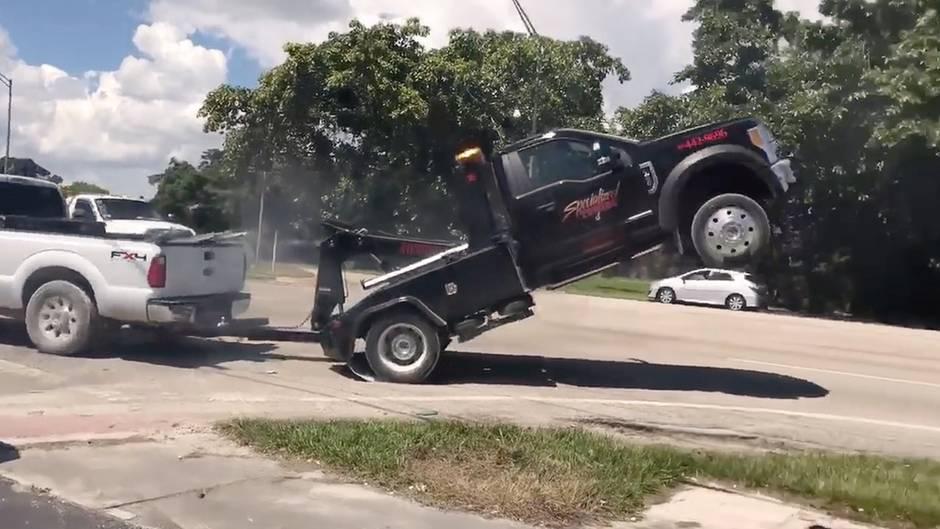 Rollentausch: Pick-up reißt Abschleppwagen in die Luft – doch dann schlägt das Karma zu