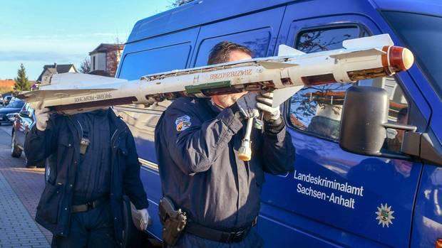 Nachrichten aus Deutschland – Experten tragen die Luft-Luft-Rakete aus einem Haus