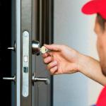 Wie man ein kaputtes Türschloss und einen kaputten Türgriff repariert