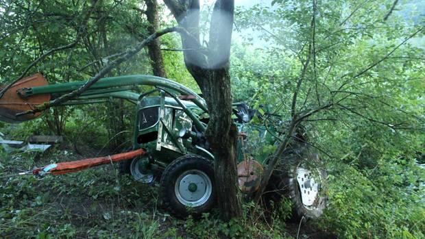 Nachrichten aus Deutschland: Ein Traktor liegt zerstört an einem Abhang