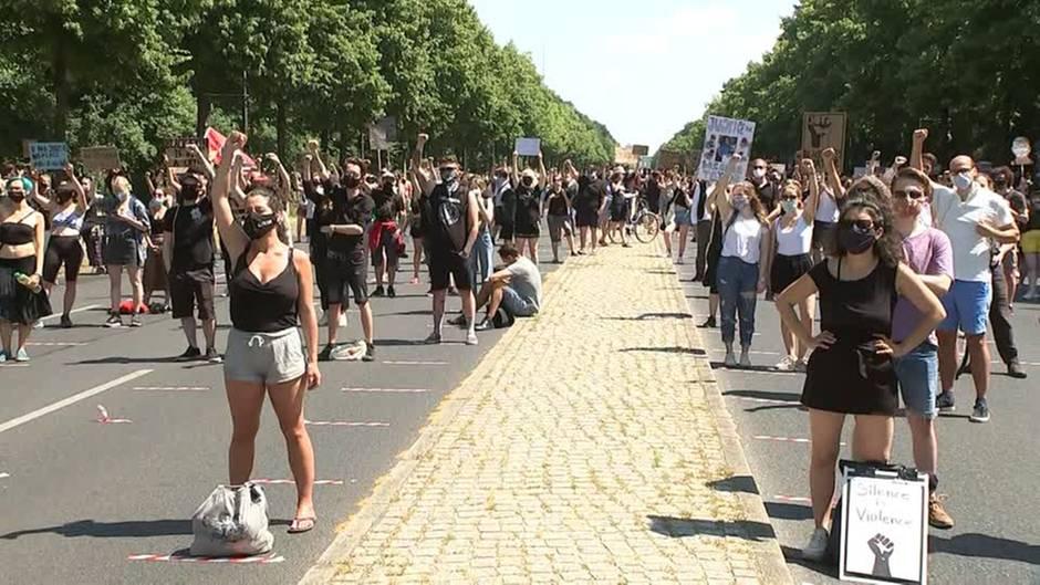 """Zu Ehren George Floyds: Berlin: Hunderte protestieren bei """"Black Lives Matter""""-Demo – Polizei lobt vorbildliches Verhalten"""