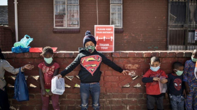 Kinder mit Mundschutz in Johannesburg