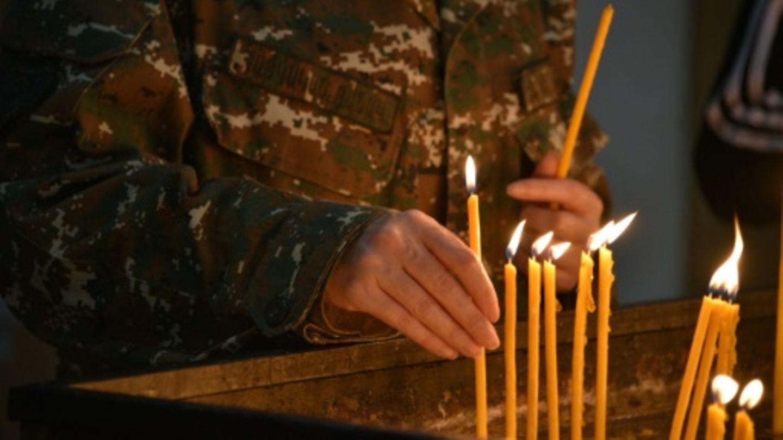 Armenier entzündet Kerzen in einer Kirche in Eriwan