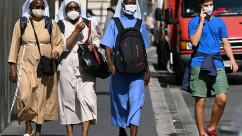 Nonnen mit Atemschutz in der Innenstadt von Rom