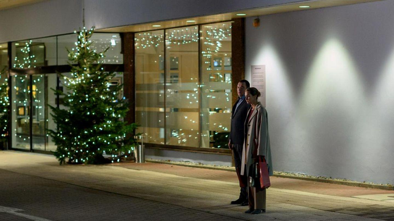 """""""Das Verhör in der Nacht"""": Thomas (Charly Hübner) fängt Judith (Sophie von Kessel), die auf ein Taxi wartet, vor dem Hotel ab"""