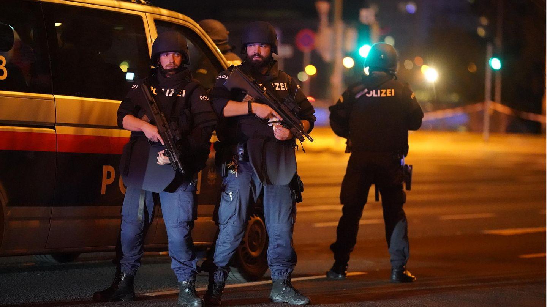 Nach mehreren Schusswechseln stehen Einsatzkräfte der Polizei am Schwedenplatz in Wien. Die Lage ist aber weiter unklar