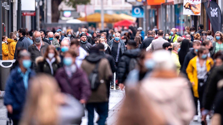 Impfstoff Coronavirus: Menschen in der Innenstadt von Köln