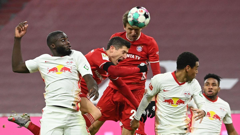 Thomas Müller erzielt per Kopf das Tor zum 3:3 gegen RB Leipzig. Mehr war für die Münchner am Samstagabend nicht drin.
