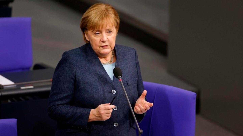 Bundeskanzlerin Angela Merkel (CDU) sitzt im Bundestag