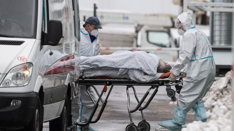 Mediziner transportieren einen Corona-Patienten in ein Krankenhausin Moskau.