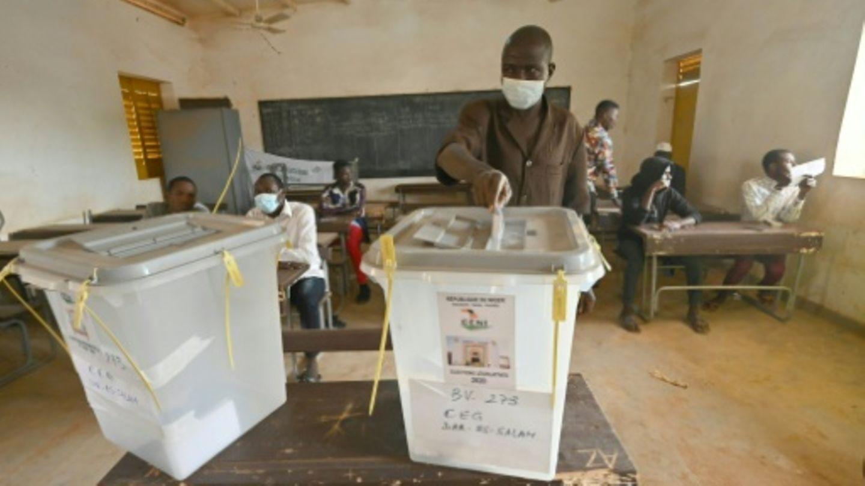 Ein Wähler bei der Stimmabgabe im Niger