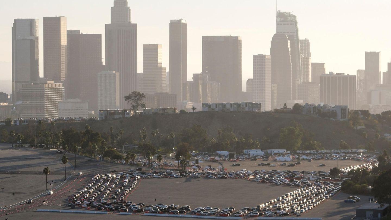 Autofahrer warten in Los Angeles einer langen Schlange, um sich auf Corona testen zu lassen.