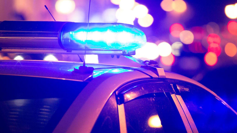 US-Polizeiauto mit eingeschaltetem Blaulicht