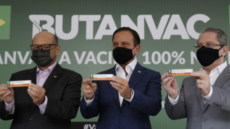 Gouverneur Doria (M.) präsentiert neuen Corona-Impfstoff