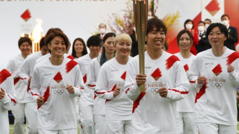 Mitglieder des japanischen Fußball-Nationalteams der Frauen entzündeten die Fackel