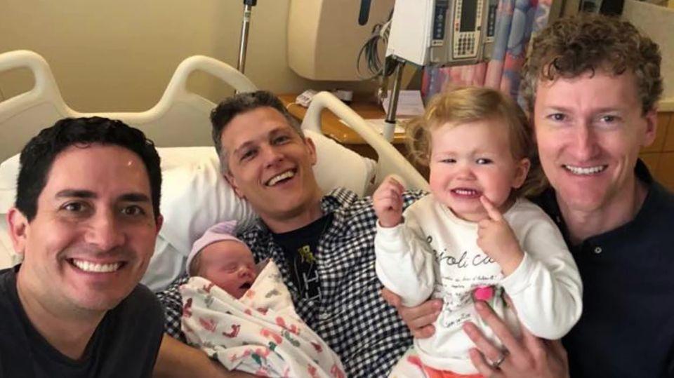 Die drei Väter mit Tochter Piper bei der Geburt von Baby Parker