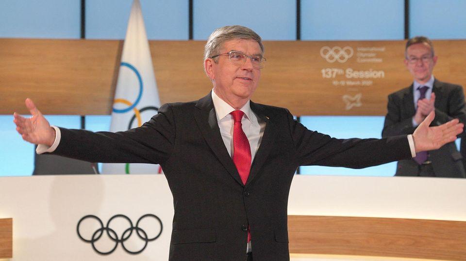 Thomas Bach breitet nach der Wiederwahl zum IOC-Chef die Arme aus