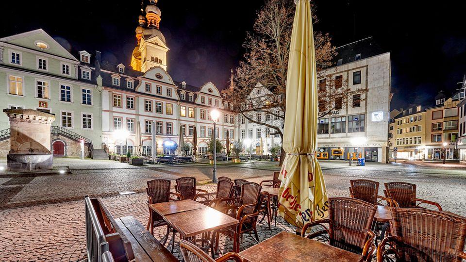 Ausgangssperre wegen Corona: Das Nachtleben ruht wie hier in der Altstadt von Koblenz in vielen Städten und Landkreisen. Unklar ist, wie stark die Maßnahme wirkt.