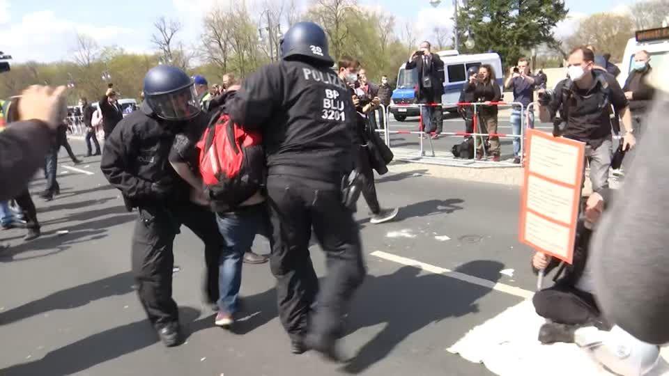 Proteste in der Hauptstadt: Polizei löst Demonstration von Infektionsschutzgegnern auf – Flaschenwürfe und Pfefferspray-Einsatz
