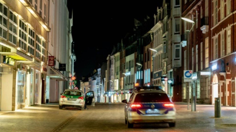 Polizeiautos während einer Ausgangssperre in Flensburg