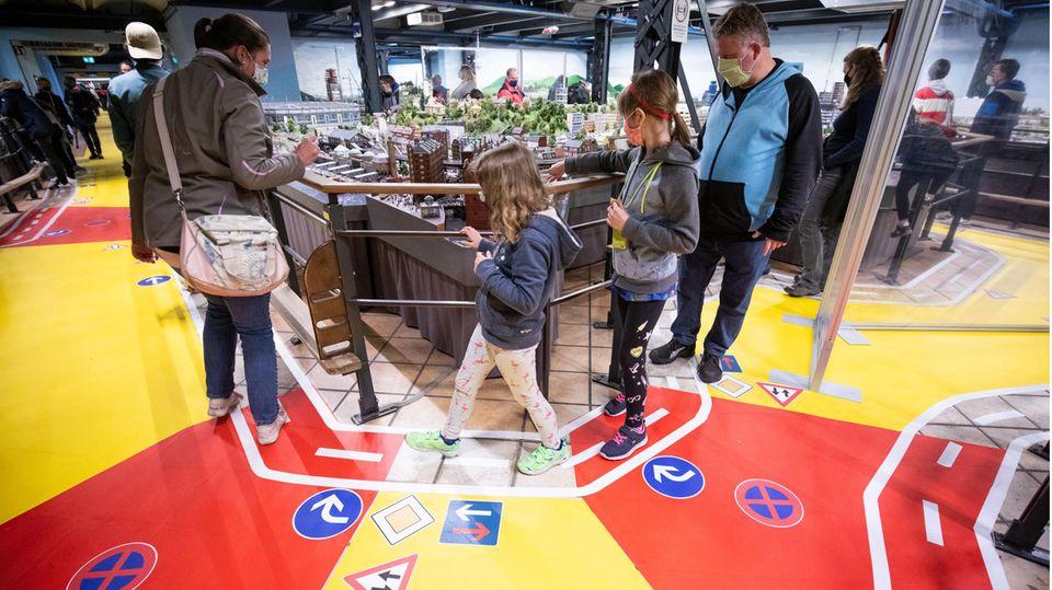 Plexiglas, Masken und eindeutige Verkehrsregeln-mit Abstand konnte das Miniatur Wunderland im Sommer 2020 seine Gäste empfangen.