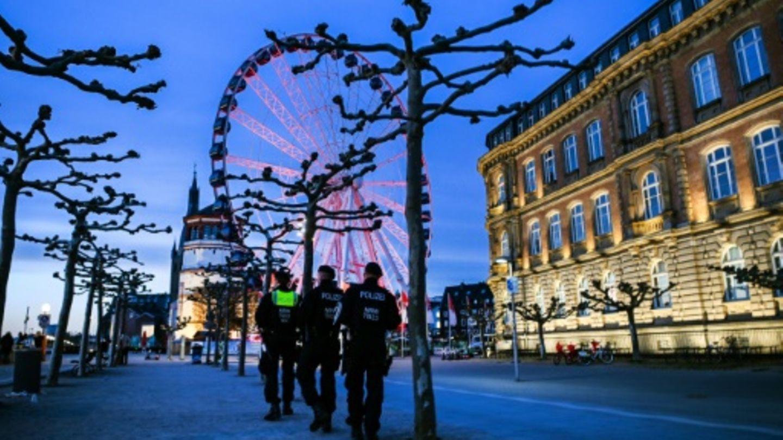Polizisten kontrollieren Corona-Regelungen in Düsseldorf