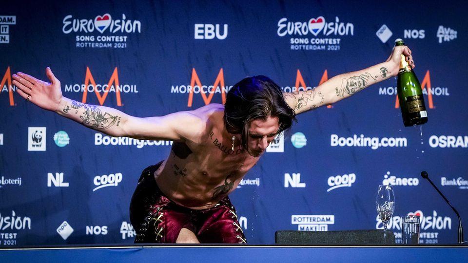 Damiano David, Frontmann der italienischen BandMåneskin, pflegte bei der Pressekonferenz das Rockstar-Image
