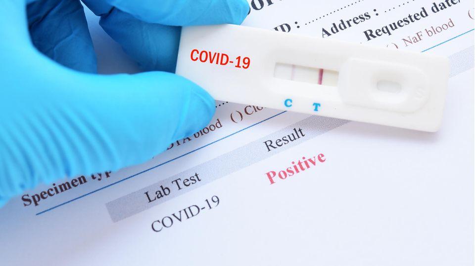 Kann eine Corona-Impfung einen positiven Corona-Test auslösen? Ein Experte klärt auf.