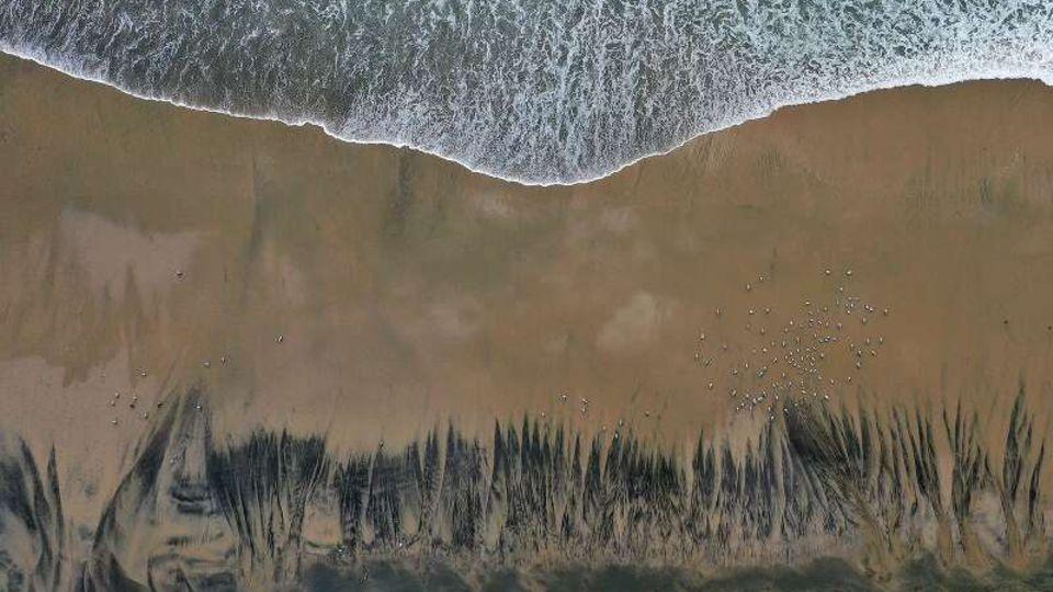 Luftaufnahme zeigt schwarze Ölschlieren am Strand